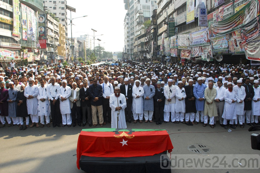People take part in funeral prayers of former minister Tariqul Islam, a member of the BNP's policymaking Standing Committee, in front of its headquarters in Dhaka's Naya Paltan on Monday.