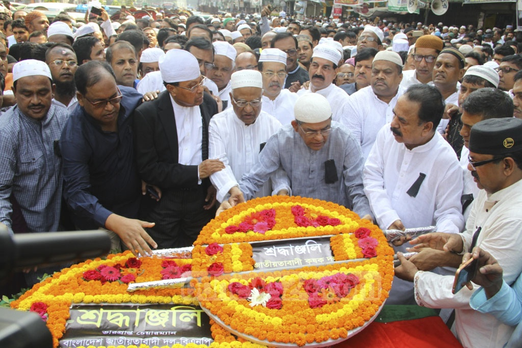 BNP leaders pay the last respects to former minister Tariqul Islam, a member of the party's policymaking Standing Committee, in front of its headquarters in Dhaka's Naya Paltan on Monday.