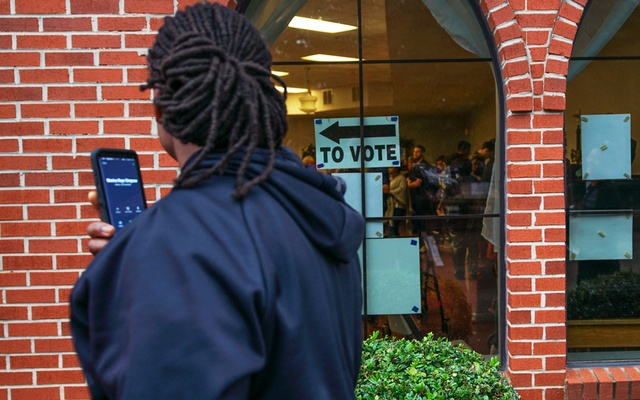 A voter waiting in line to vote looks over at the queues inside Our Lady of the Lourdes Catholic Church during the midterm elections in Atlanta, Georgia. RUETERS