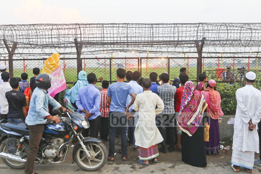 Many crowd Dolipara area just behind the runway of Hazrat Shahjalal International Airport in Dhaka to watch flight landing and take-offs. Photo: Abdullah Al Momin