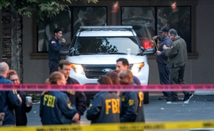 Members of FBI investigate the site of a mass shooting at a bar in Thousand Oaks, California, US November 8, 2018. REUTERS/Ringo Chiu