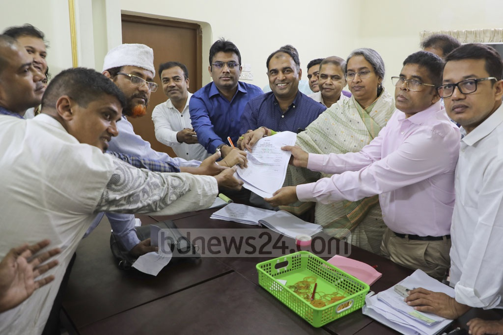 An election aspirant collects a nomination form from the party president's offices in Dhanmondi on Saturday, the second day of the nomination paper sale for the 11th parliamentary election.
