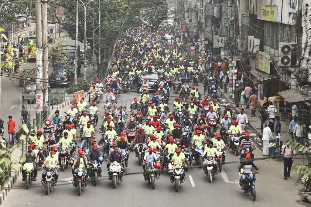 A motorcade, led by a man seeking the Awami League nomination for the upcoming parliamentary election, heads to the party president's offices in Dhanmondi on Saturday.