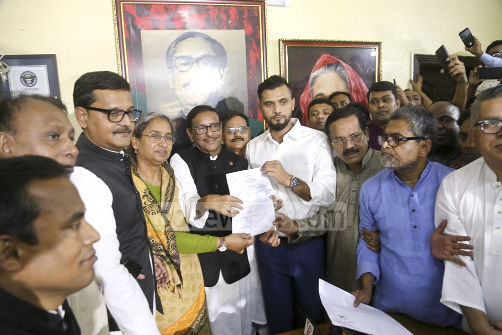 Cricketer Mashrafe Bin Mortaza picks up a nomination form from the Awami League office in Dhanmondi to run as a candidate in the Dec 23 parliamentary election. Photo: Mahmud Zaman Ovi