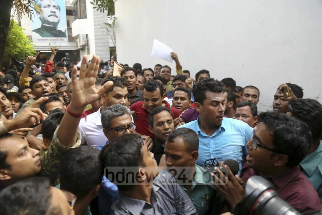 Cricketer Mashrafe Bin Mortaza is swarmed by a crowd as he leaves the Awami League offices in Dhanmondi after picking up his nomination papers. Photo: Mahmud Zaman Ovi