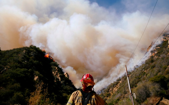 Firefighters battle the Woolsey Fire as it continues to burn in Malibu, California, US, Nov 11, 2018. REUTERS/Eric Thayer