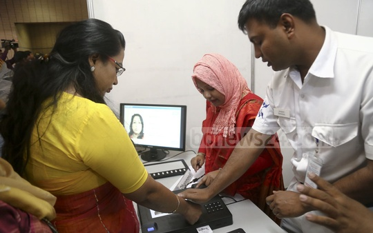 A guest casts a test ballot at the electronic voting machine exhibition at the Bangabandhu International Conference Centre in Dhaka on Monday. Photo: Mahmud Zaman Ovi