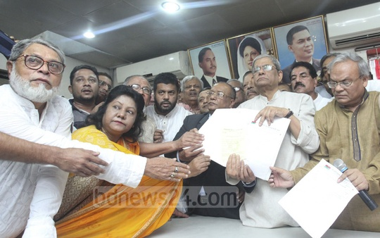 An aspirant receiving the BNP's nomination form from Secretary General Mirza Fakhrul Islam Alamgir at the party's Naya Paltan office in Dhaka on Monday. Photo: Abdullah Al Momin