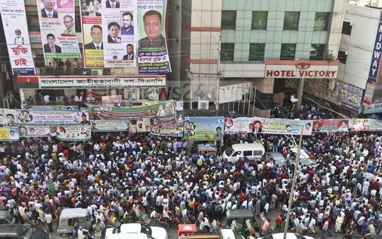 Supporters pf aspirants throng the street in front of the BNP's Naya Paltan headquarters in Dhaka on Monday. Photo: Abdullah Al Momin