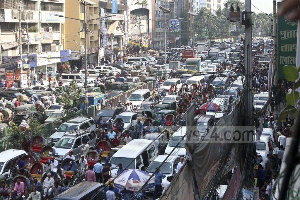 Huge gatherings of BNP aspirants and their supporters create traffic congestion at Naya Paltan in Dhaka on Monday. Photo: Abdullah Al Momin