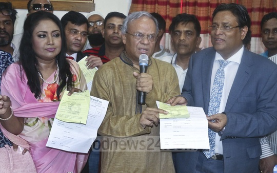 Singer Baby Naznin and film actor Helal Khan receiving the BNP's nomination form from Senior Joint Secretary General Ruhul Kabir RIzvi at the party's Naya Paltan office in Dhaka on Monday. Photo: Abdullah Al Momin