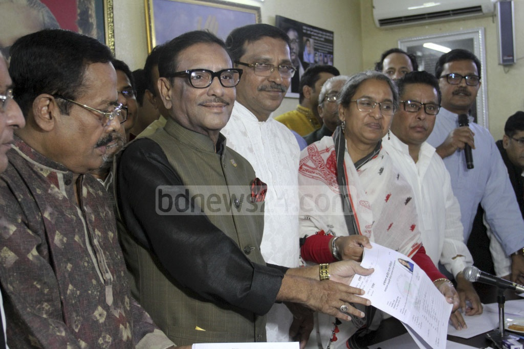 Dipu Moni submits her Awami League nomination form to the party's General Secretary Obaidul Quader at the party headquarters in Dhanmondi on Monday. Photo: Asif Mahmud Ove