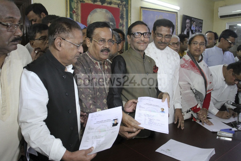 Jahangir Kabir Nanak submits his Awami League nomination form to the party's General Secretary Obaidul Quader at the party headquarters in Dhanmondi on Monday. Photo: Asif Mahmud Ove