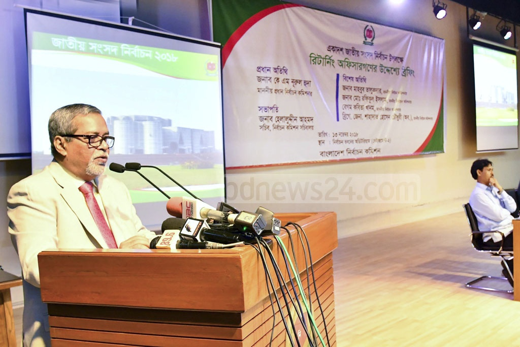 Chief Election Commissioner KM Nurul Huda briefing the returning officers at a programme in Dhaka on Tuesday ahead of the parliamentary elections.