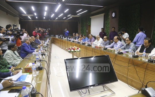 An Awami League delegation meeting Chief Election Commissioner KM Nurul Huda and other commissioners at the Election Commission on Wednesday. Photo: Mahmud Zaman Ovi