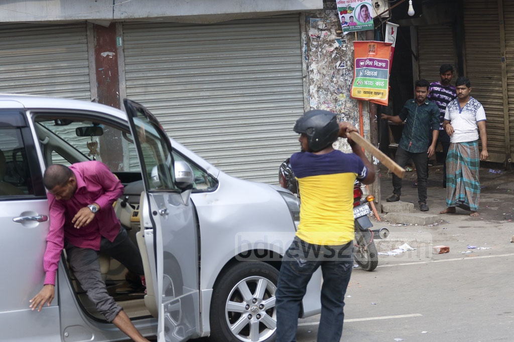 A handful of youths, including some wearing helmets, vandalised and torched police cars at Naya Paltan in Dhaka during clashes between police and BNP supporters on Wednesday afternoon. Photo: Abdullah Al Momin