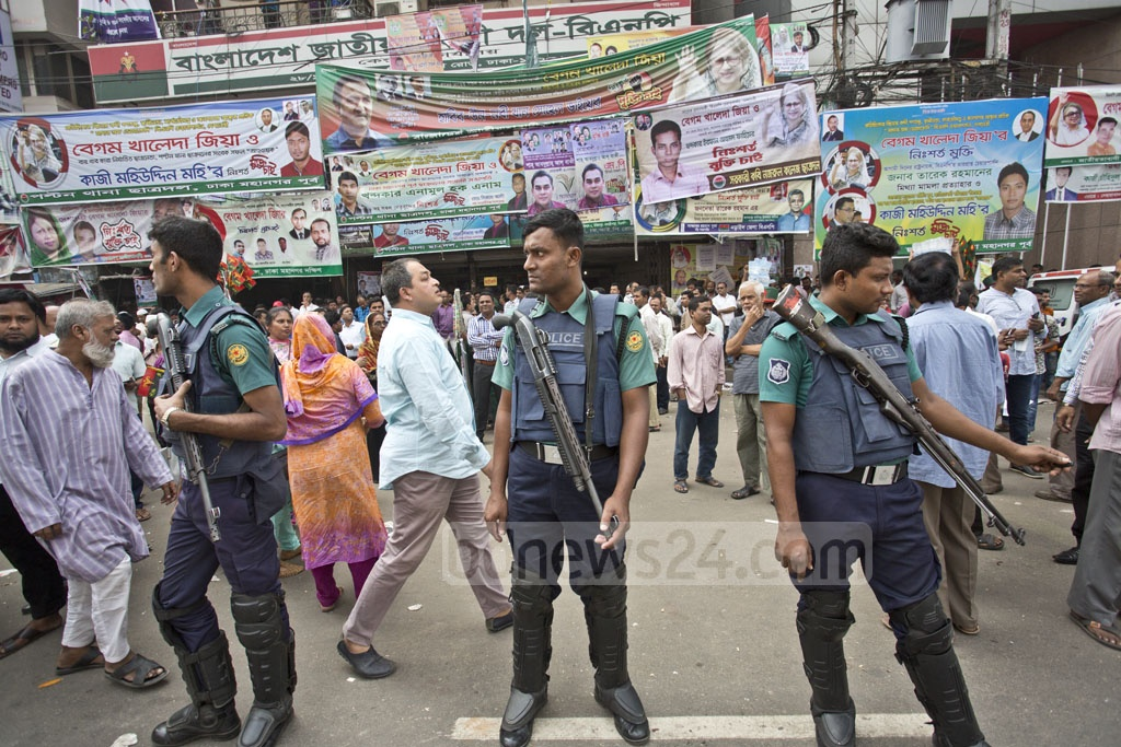 Police personnel standing guard in front of the BNP's Naya Paltan headquarters just before clashes with the party's supporters on Wednesday afternoon. Photo: Abdullah Al Momin