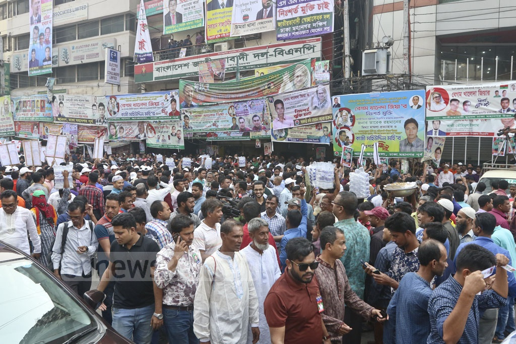 BNP leaders and activists gathered in front of the party headquarters in Dhaka's Naya Paltan on Thursday. Photo: Abdullah Al Momin