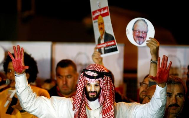 A demonstrator wearing a mask of Saudi Crown Prince Mohammed bin Salman attends a protest outside the Saudi Arabia consulate in Istanbul, Turkey Oct 25, 2018. REUTERS