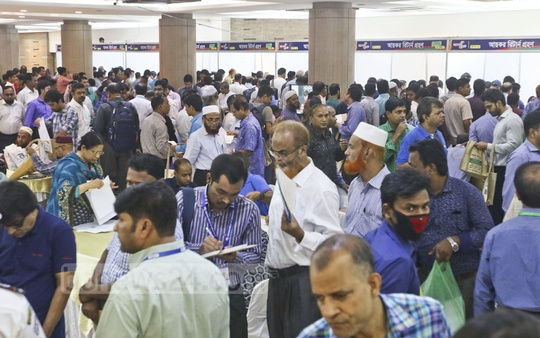 Taxpayers heavily crowded the Officers' Club on the third day of National Income Tax Fair 2018 on Thursday. Photo: Abdullah Al Momin