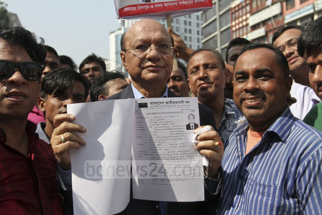 A potential candidate arrives at the BNP's Naya Paltan office in Dhaka on Friday to submit his nomination form for the upcoming parliamentary election. Photo: Asif Mahmud Ove