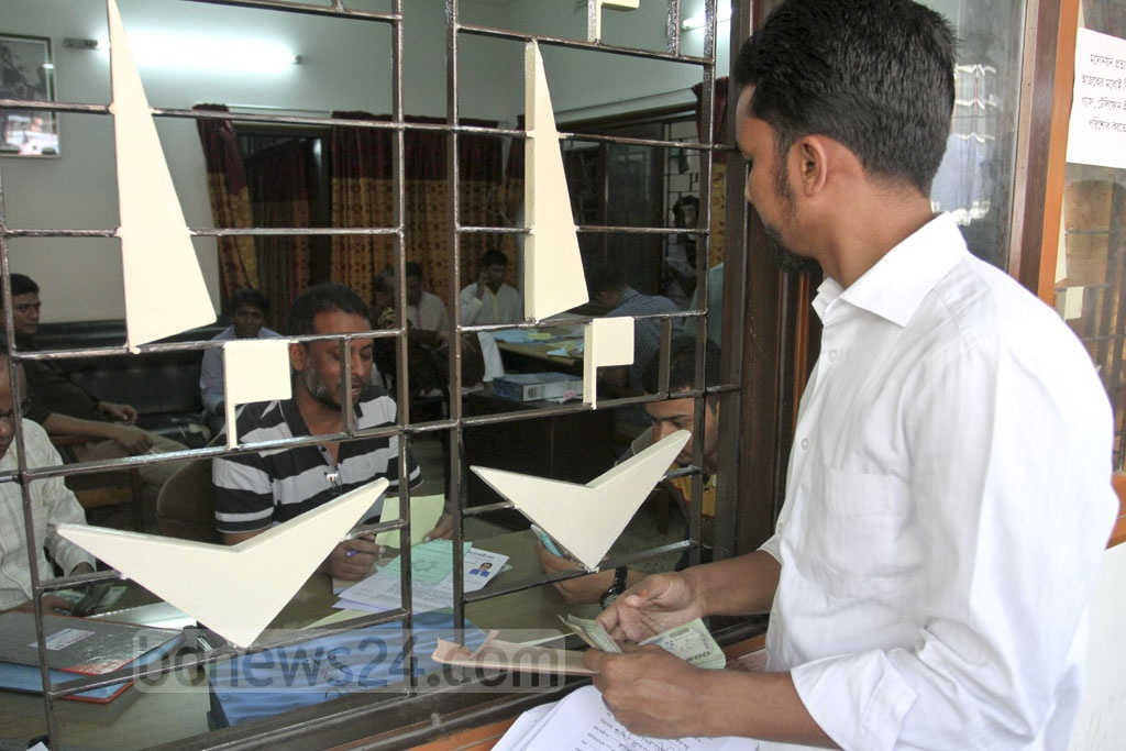 Prospective candidates submit nomination forms for the parliamentary election to the BNP headquarters in Dhaka on Friday. Photo: Asif Mahmud Ove