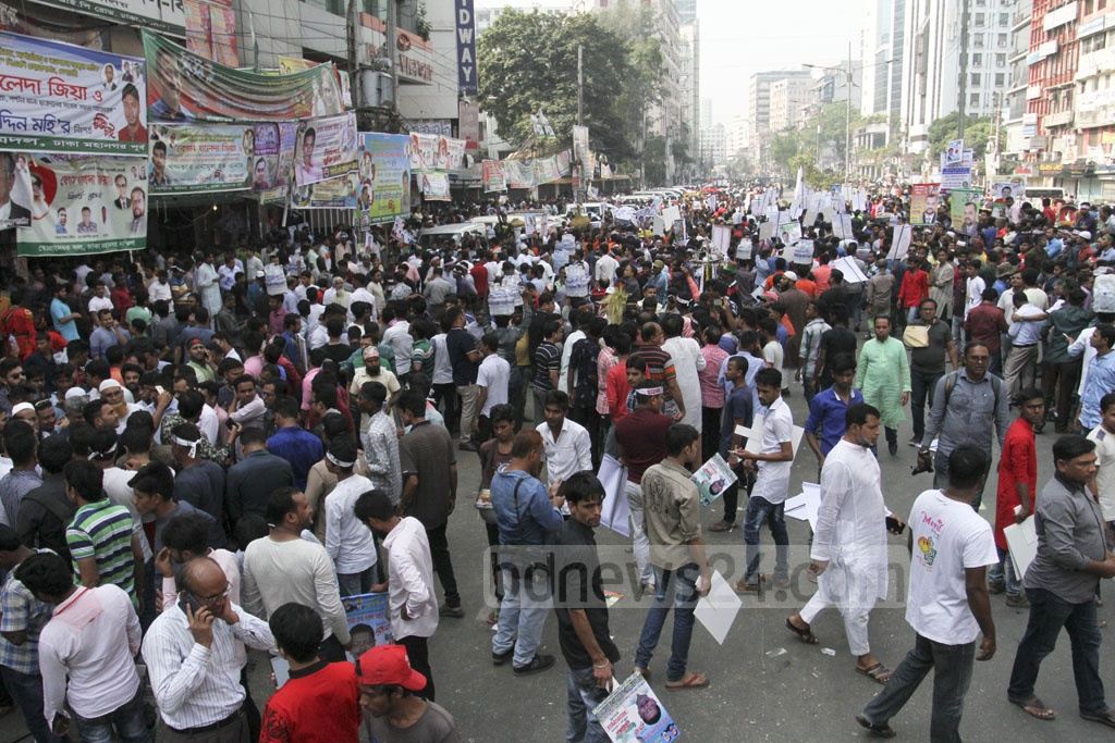 BNP's Naya Paltan office is teeming with its supporters on Friday as the party sells nomination forms ahead of the election. Photo: Asif Mahmud Ove