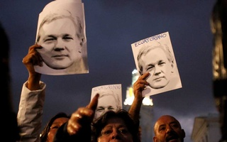 Supporters of WikiLeaks founder Julian Assange demonstrate in front of presidential palace regarding his Ecuadorian citizenship, in Quito, Ecuador, Oct 31, 2018, REUTERS