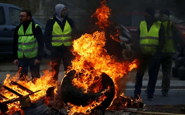 Protesters wearing yellow vests, a symbol of a French drivers' protest against higher fuel prices, attend a demonstration at the entrance of a shopping centre in Nantes, France, Nov 17, 2018. REUTERS/Stephane Mahe