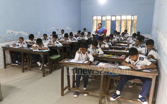 The fifth grade completion PSC and Ebtedayee exams are held at Dhaka Ideal Model Govt Primary School on Sunday. Photo: Abdullah Al Momin
