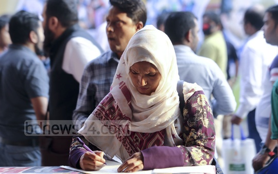 Taxpayers throng the National Income Tax Fair 2018 at the Officers' Club on the Bailey Road in Dhaka as the week-long programme ended on Monday. Photo: Mahmud Zaman Ovi