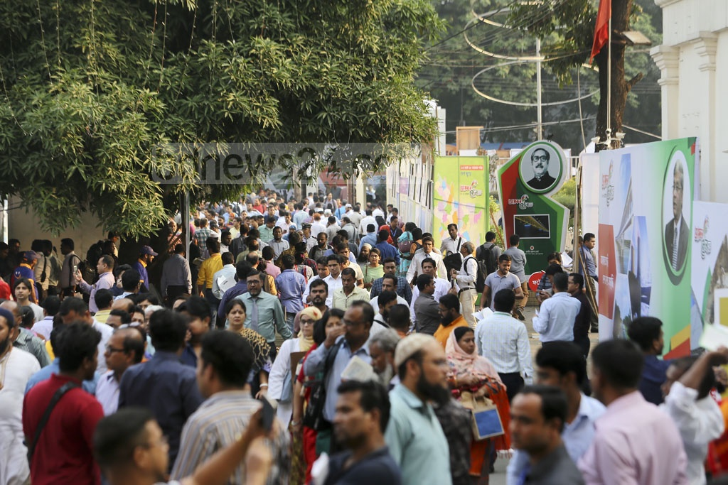 Taxpayers throng the National Income Tax Fair 2018 at the Officers' Club on the Bailey Road in Dhaka on the closing day on Monday. Photo: Mahmud Zaman Ovi