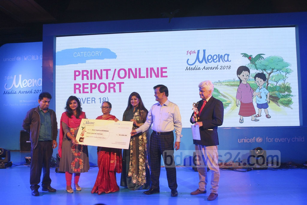 bdnews24.com's Kazi Nafia Rahman receiving the UNICEF's Meena Media Award 2018 under the best print and online reporting category at a Dhaka hotel on Tuesday.