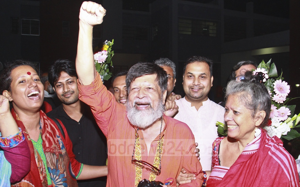 Photographer-activist Shahidul Alam walking out of Dhaka Central Jail in Keraniganj on Tuesday after more than three months into his arrest during the student protests for road safety.