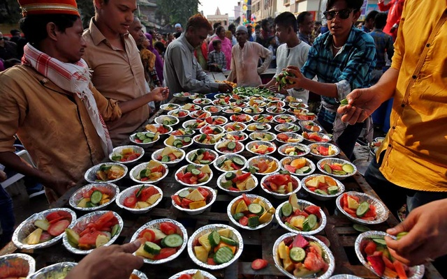 Muslims prepare plates of fruit before distributing it during a procession to celebrate the festival of Eid-e-Milad-ul-Nabi, the birth anniversary of prophet Mohammad, in Ahmedabad, India, November 21, 2018. REUTERS/Amit Dave