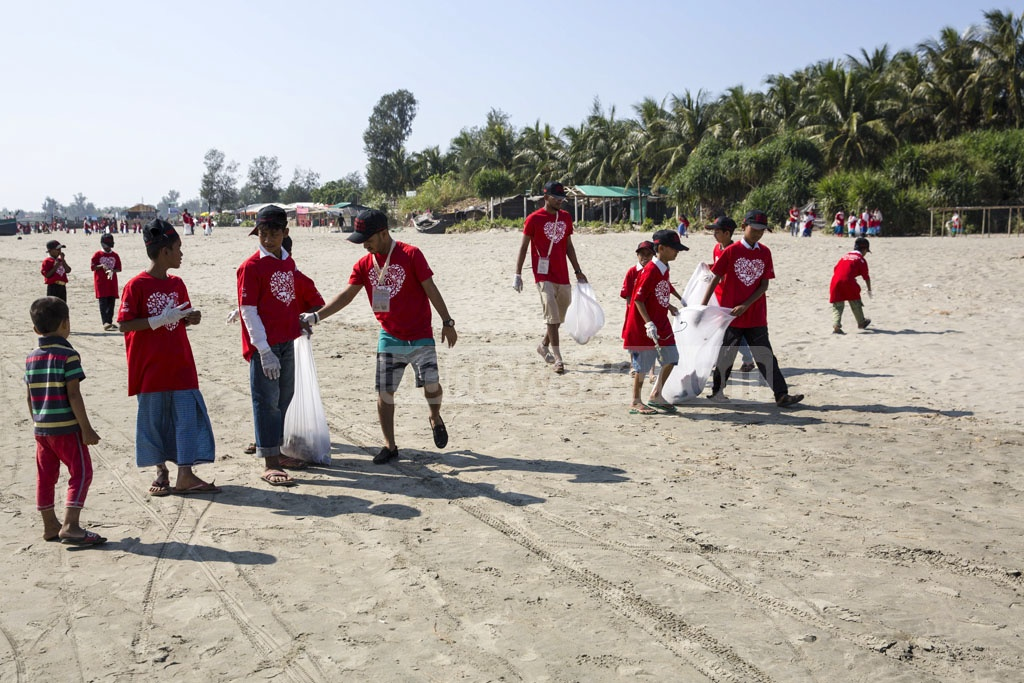 Keokradong Bangladesh, the coordinator of International Coastal Cleanup Campaign in the country, organised a drive on the sea beach of Saint Martin's Island in association with Coca-Cola Bangladesh on Friday. Photo: Mostafigur Rahman