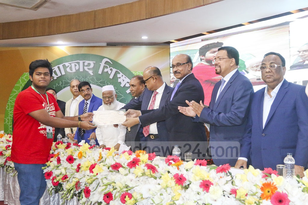 Bangladesh Bank Governor Fazle Kabir distributes scholarship certificates among meritorious students at a ceremony organised by Al-Arafah Islami Bank in Dhaka on Saturday. Photo: Abdullah Al Momin