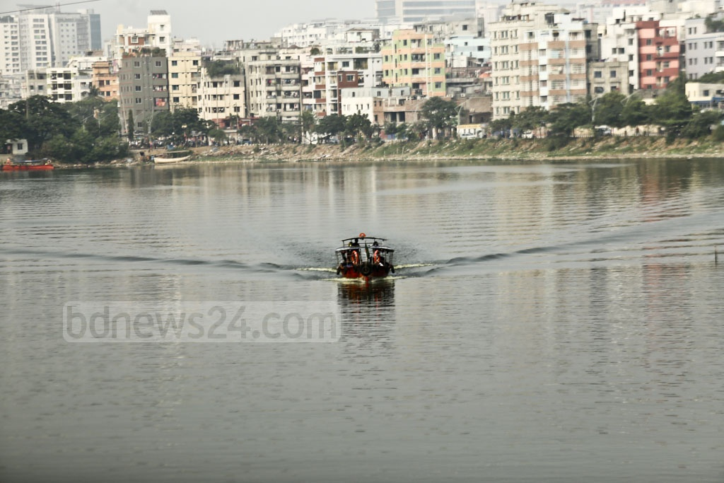 Water taxis continue plying across the Gulshan-Badda Lake, close to Gulshan-1 in Dhaka, despite the High Court's ban on the service. Photo: Mahmud Zaman Ovi