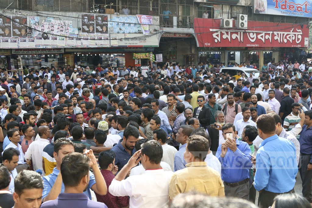 Supporters of probable Awami League nominees gathered outside the ruling party chief's Dhanmondi office in Dhaka on Sunday as it distributed letters confirming initial nomination for the polls. Photo: Abdullah Al Momin