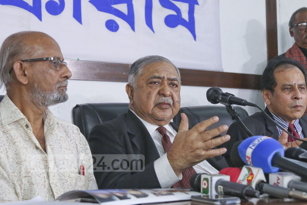 Jatiya Oikya Front chief Dr Kamal Hossain speaking at a news conference of the Gono Forum party he also heads at the National Press Club in Dhaka on Sunday. Photo: Abdullah Al Momin