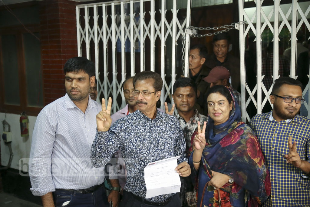 Former MP Abul Hossain Khan flashes the victory sign after receiving a letter confirming initial nomination by the BNP for Barishal-6 seat at the party chief's Gulshan offices in Dhaka on Monday.