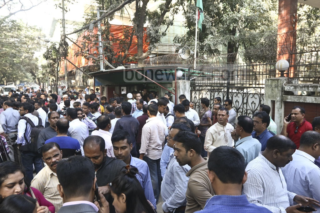 A crowd gathers in front of the BNP chairperson's offices in Gulshan during the distribution of candidacy confirmation letters for the 11th parliamentary election. Photo: Abdullah Al Momin