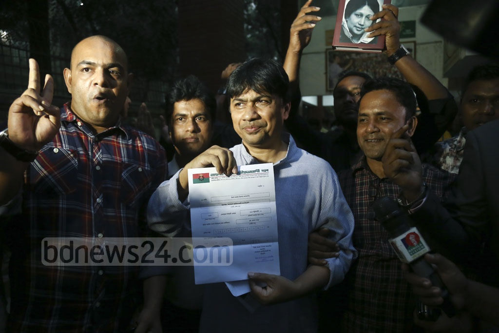 Mamun Hasan, a former president of Jatiyatabadi Chhatra Dal's Dhaka University unit, showing a letter confirming initial nomination by the BNP for Patuakhali-3 parliamentary constituency after receiving it at the party chief's Gulshan offices in Dhaka on Monday.