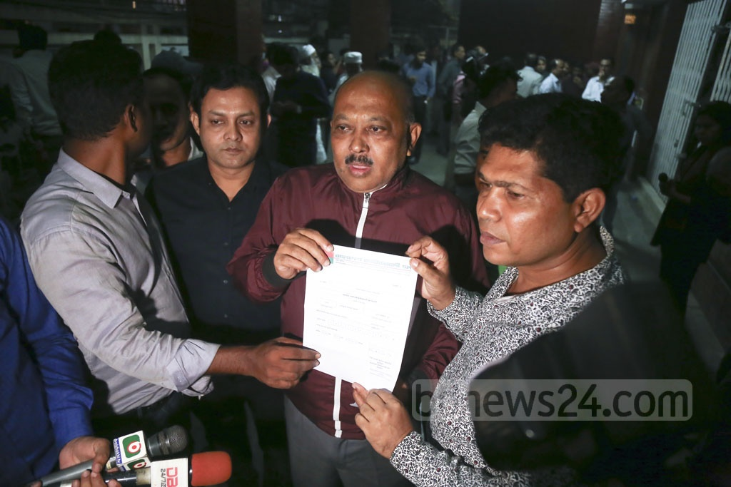 Former MP Mejbahuddin Farhad shows a letter confirming initial nomination by the BNP for Barishal-4 seat after receiving it at the party chief's Gulshan offices in Dhaka on Monday.