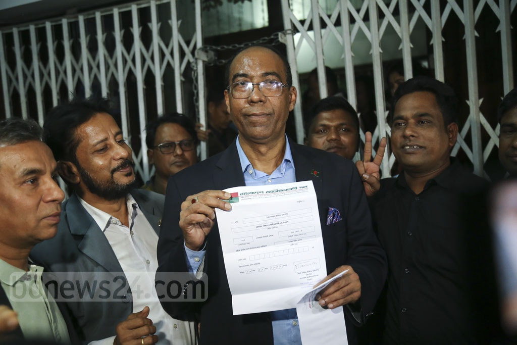 Former MP Nazim Uddin Alam shows a letter confirming initial nomination by the BNP for Bhola-4 after receiving it at the party chief's Gulshan offices in Dhaka on Monday.