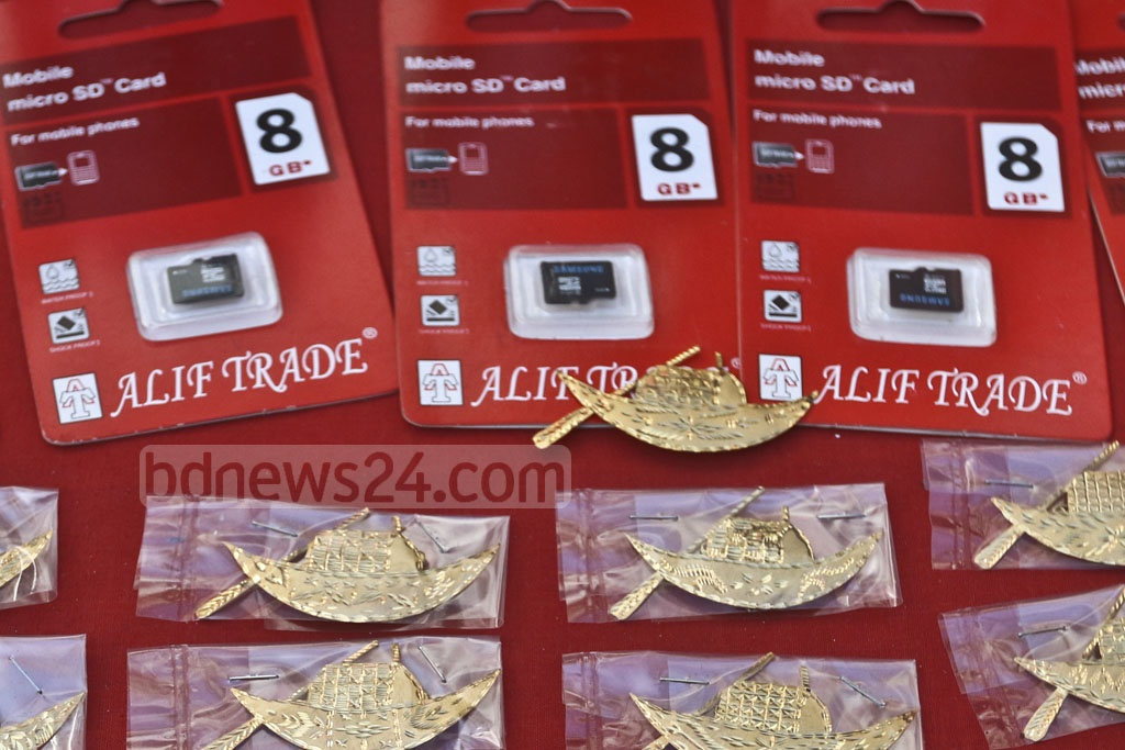 A vendor is selling micro SD cards for smartphones containing speeches of Bangabandhu in front of the Awami League Headquarters on the Bangabandhu Avenue in Dhaka ahead of election. This photo was taken on Wednesday. Photo: Abdullah Al Momin