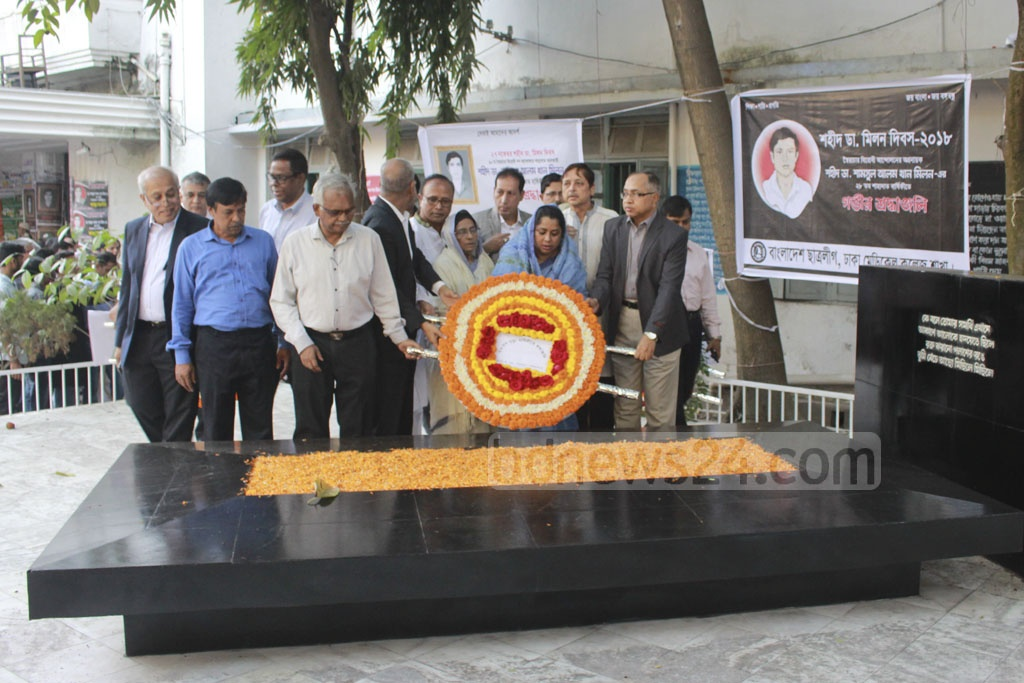 Family members of Dr Shamsul Alam Khan Milon, who was killed in the anti-autocracy movement on Nov 27, 1990, placing wreath on his grave at the Dhaka Medical College premises on Tuesday.