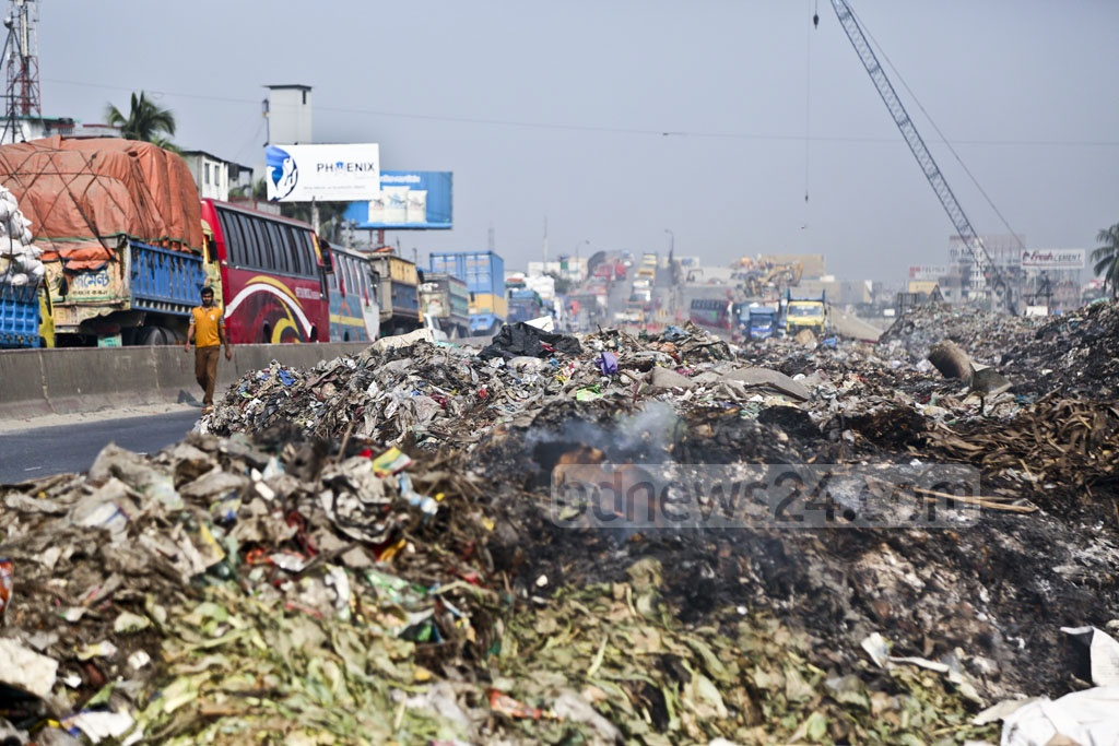 A heap of waste blocks part of Dhaka-Chattogram Highway adjacent to the Kanchpur Bridge in Narayanganj. This photo was taken on early Thursday. Photo: Abdullah Al Momin