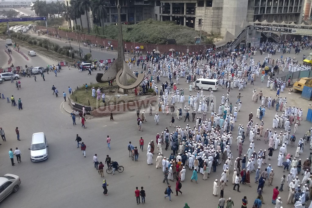 Supporters of one Tabligh faction took up positions in front of Dhaka's Hazrat Shahjalal International Airport on Saturday morning.