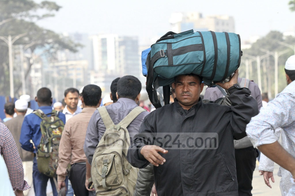 Many people flying abroad are forced to walk to the airport after clashes between factions of Tabligh Jamaat block the road towards Tongi. Photo: Asif Mahmud Ove